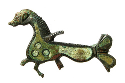 Photo 2 - Fibule zoomorphe émaillée en forme d'hippocampe ou de cheval marin
